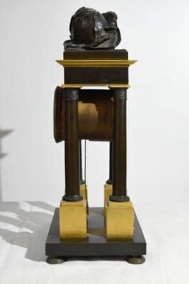 Horloge noir et doré, le repos de l'enfant